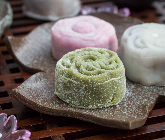 Homemade Snowy Moon Cakes / https://www.hwcmagazine.com