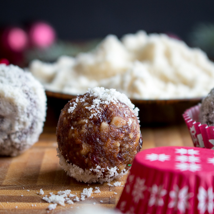 No Bake Cranberry Bliss Balls / https://www.hwcmagazine.com