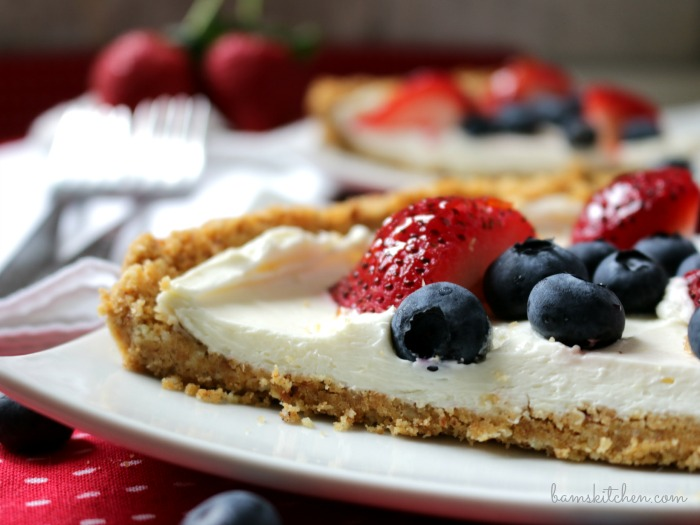 Skinny Berry Cheese Cake Bars / https://www.hwcmagazine.com