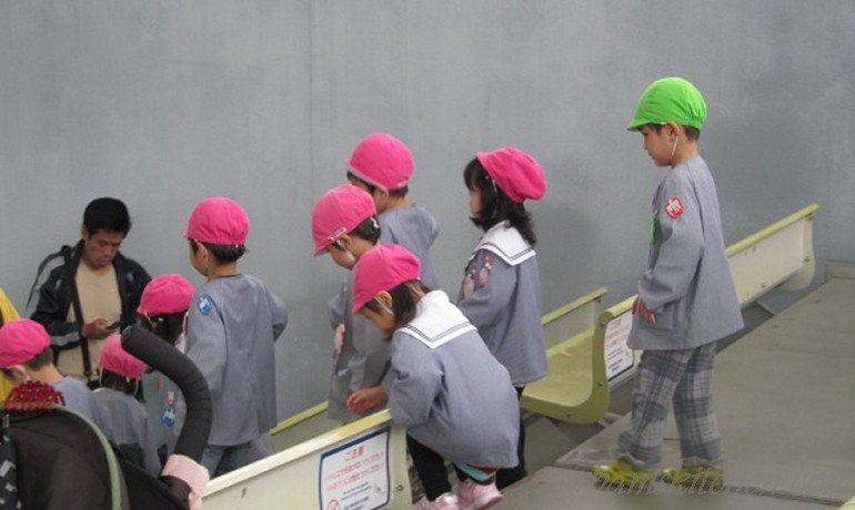 Super cute Japanese kids all dressed the same with pink baseball caps.