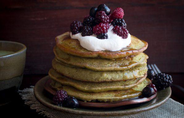Healthy Vegan Matcha Pancakes / https://www.hwcmagazine.com