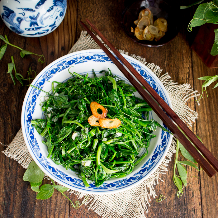 5 Minute Stir Fried Garlic Pea Shoots / https://www.hwcmagazine.com