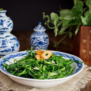 5 Minute Stir Fried Garlic Pea Shoots / #greens #Chinese #asianfood #vegetables #cleaneating #vegan / https://www.hwcmagazine.com
