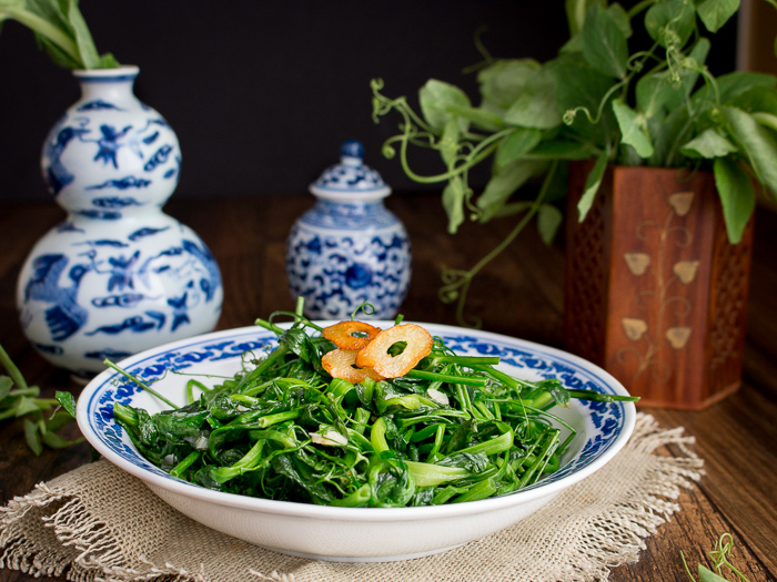5 Minute Stir Fried Garlic Pea Shoots / #greens #Chinese #asianfood #vegetables #cleaneating #vegan / https://www.hwcmagazine.com