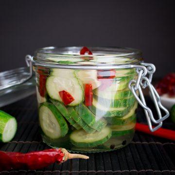Spicy Garlic Cucumber Refrigerator Pickles / https://www.hwcmagazine.com