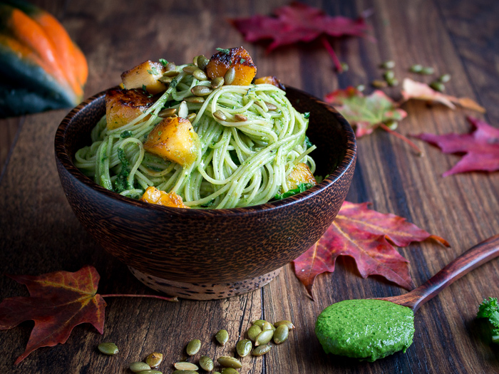 One Pot Creamy Kale Pesto Pasta / https://www.hwcmagazine.com
